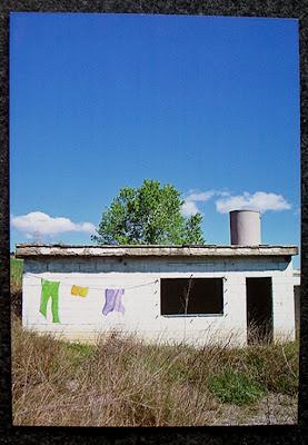 tenderete de ropa en casa abandonada