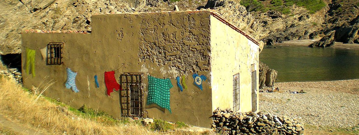 graffiti barcelona street art ropa tendida